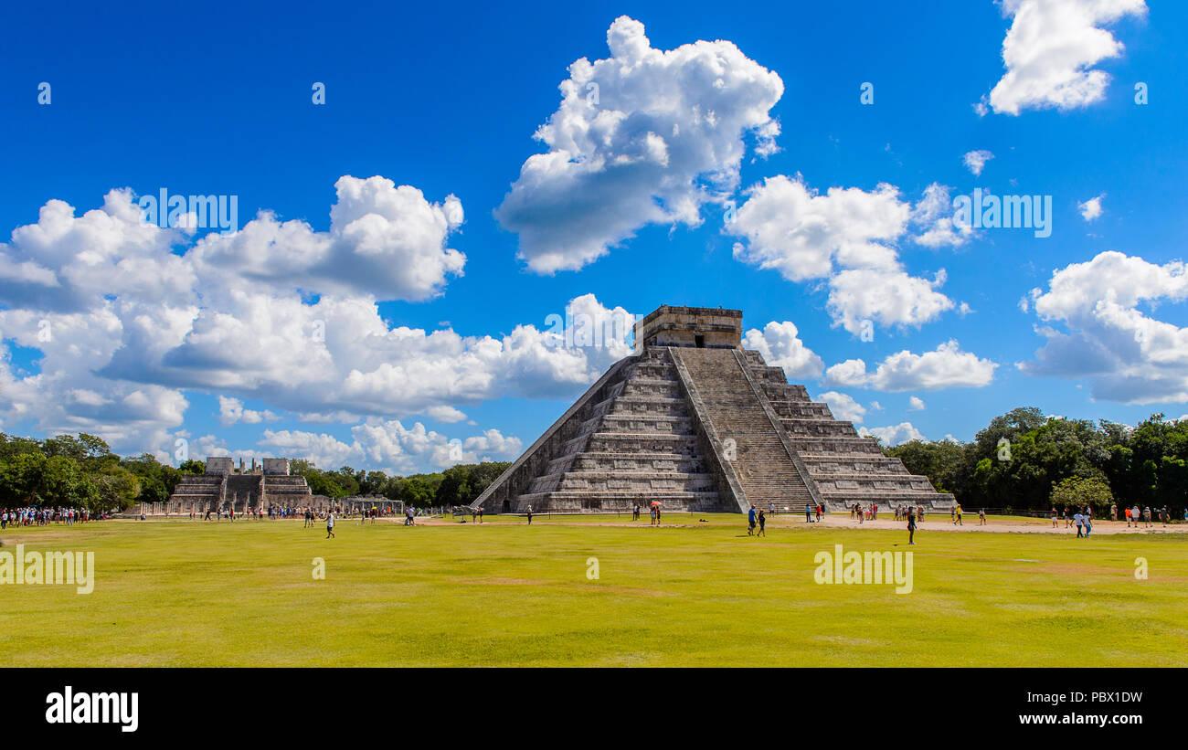 El Castillo (Tempio di Kukulcan), un passo Mesoamerican-piramide, Chichen Itza. È stato un grande pre-colombiana città costruita dal popolo Maya del Termin Immagini Stock