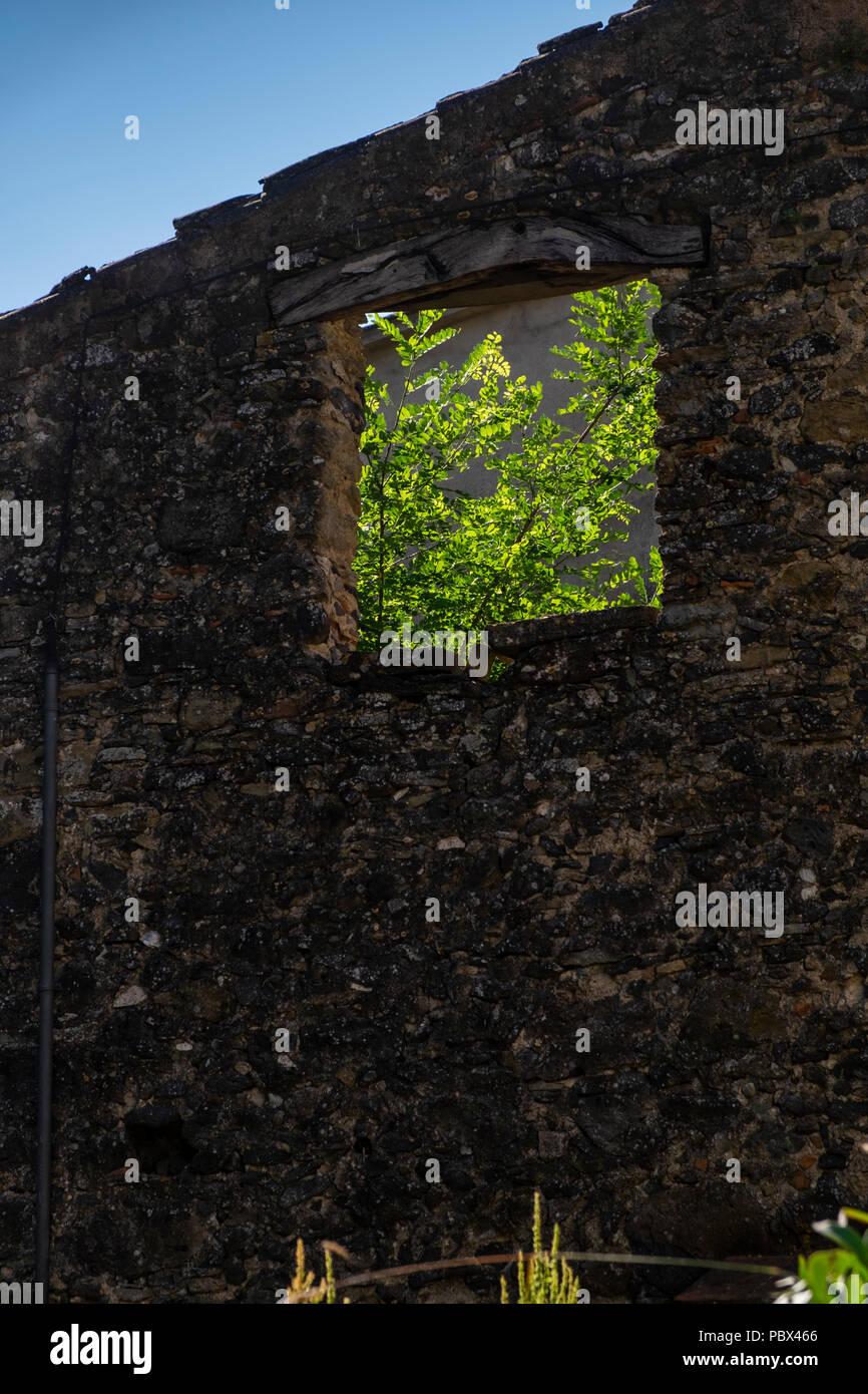 Edifici di pietra presso il villaggio di El strappato dei Pirenei catalani, Spagna Immagini Stock