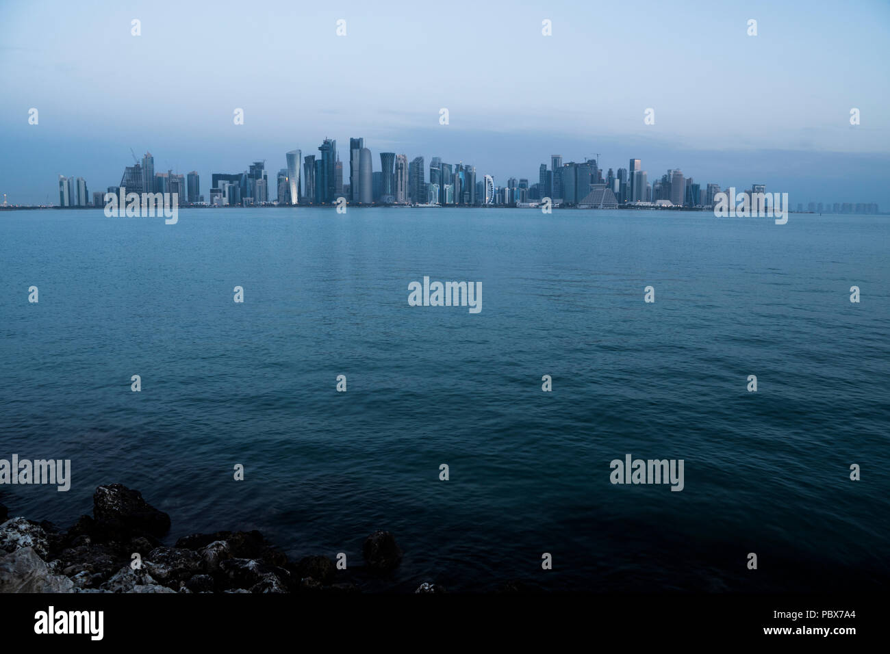 Mattina Twilight Doha dello Skyline. Il Qatar, Medio Oriente Immagini Stock