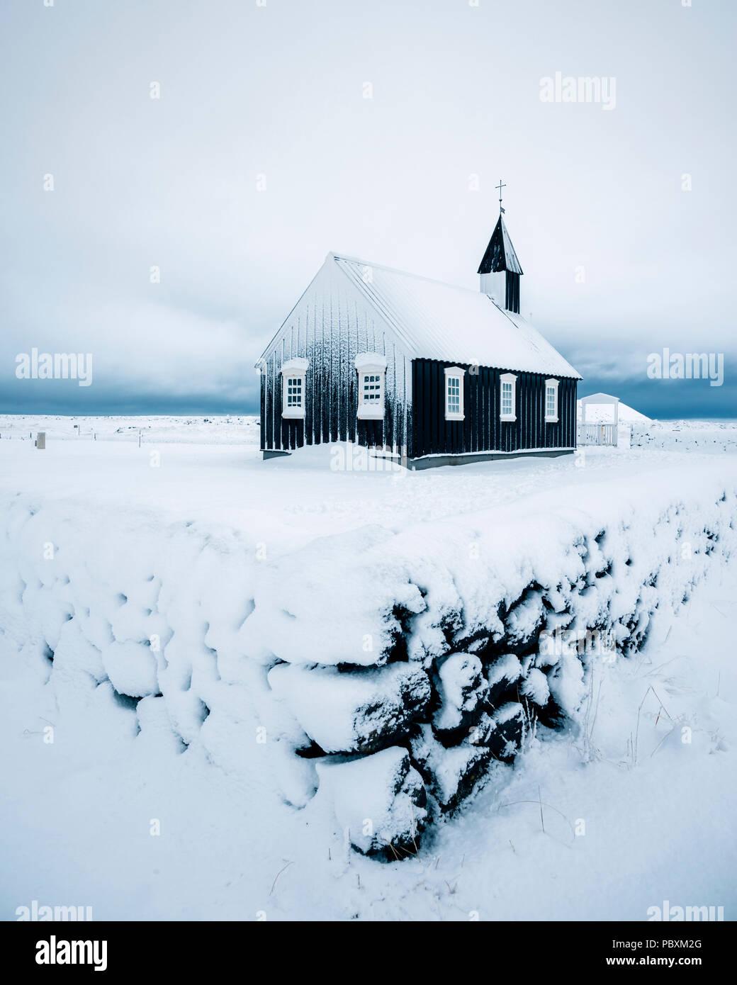 Chiesa Budir, Snaefellsnes Islanda, Europa nella neve Immagini Stock