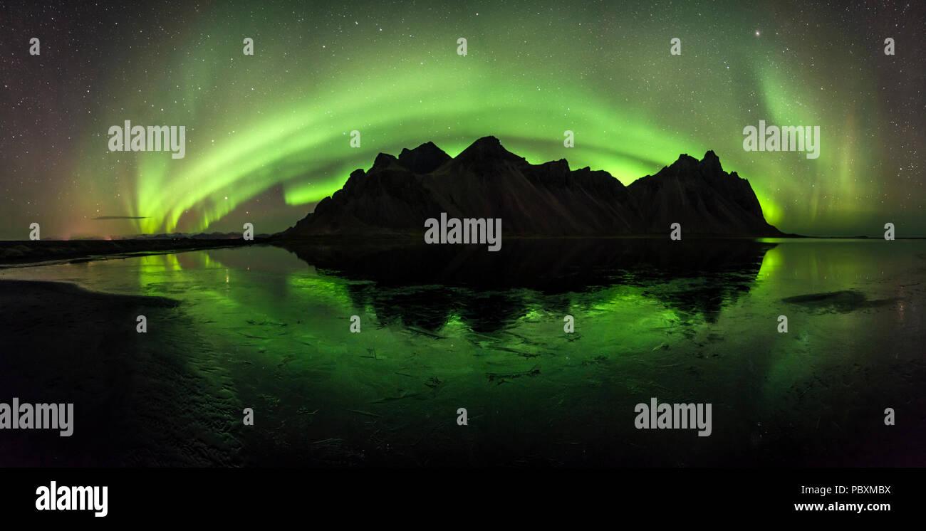 Aurora Boreale, luci del nord oltre Vestrahorn mountain, Islanda, Europa Immagini Stock
