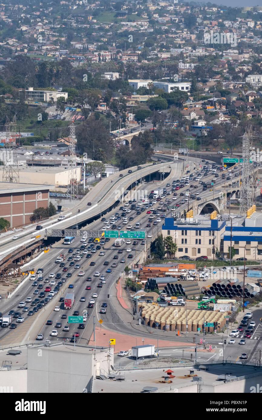 Vista aerea del traffico su una Los Angeles Freeway autostrada Autostrada a Los Angeles, California, CA, Stati Uniti d'America Immagini Stock