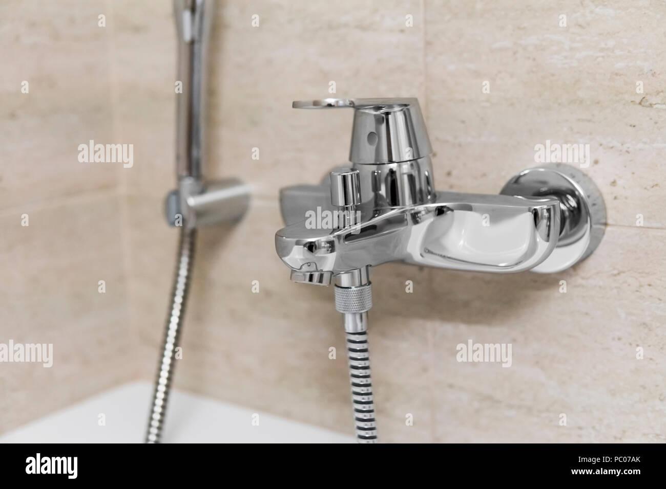 Docce E Vasche Da Bagno : Doccia e vasca da bagno miscelatori in un bagno foto immagine