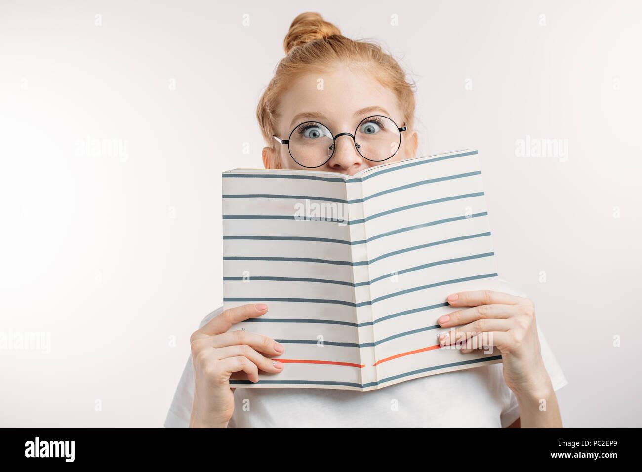 La ragazza ha sorpreso in possesso di un libro. donna è la lettura di una storia straordinaria.tempo libero, hobby concept Immagini Stock