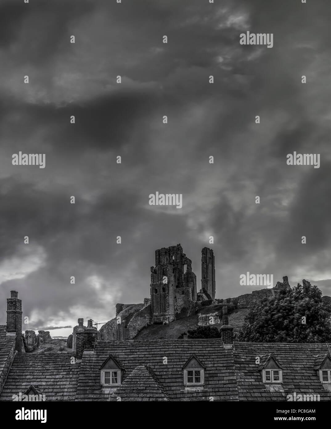 Corfe Castle cielo tempestoso Immagini Stock
