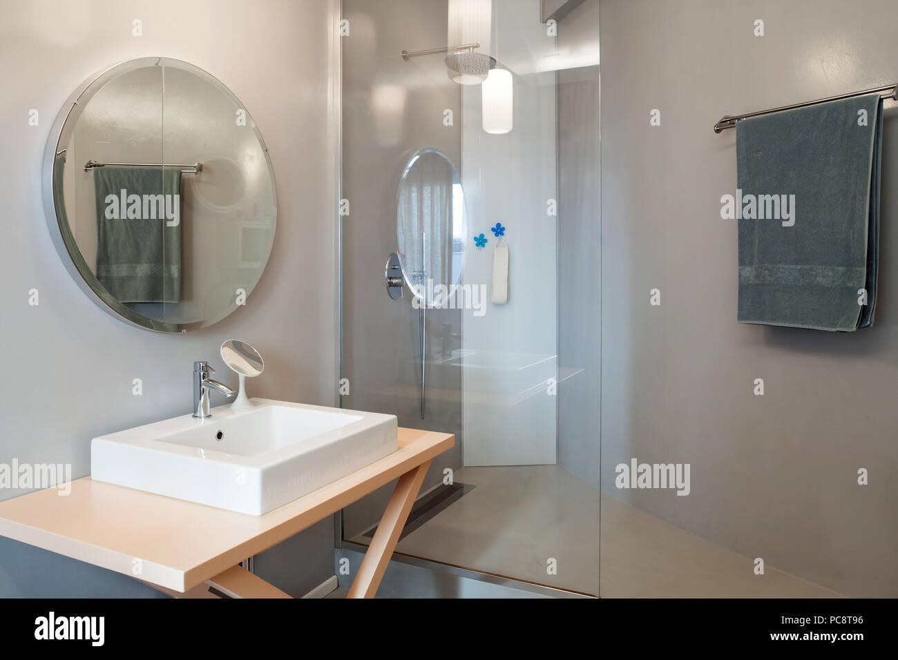 Appartamento di lusso bagno moderno con specchio rotondo foto