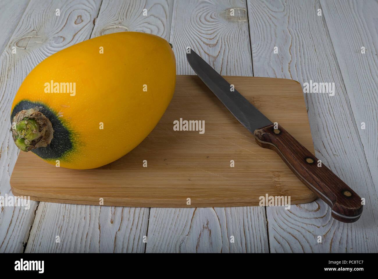 Verdure (zucchine e patisson) sulla scheda. Foto Stock