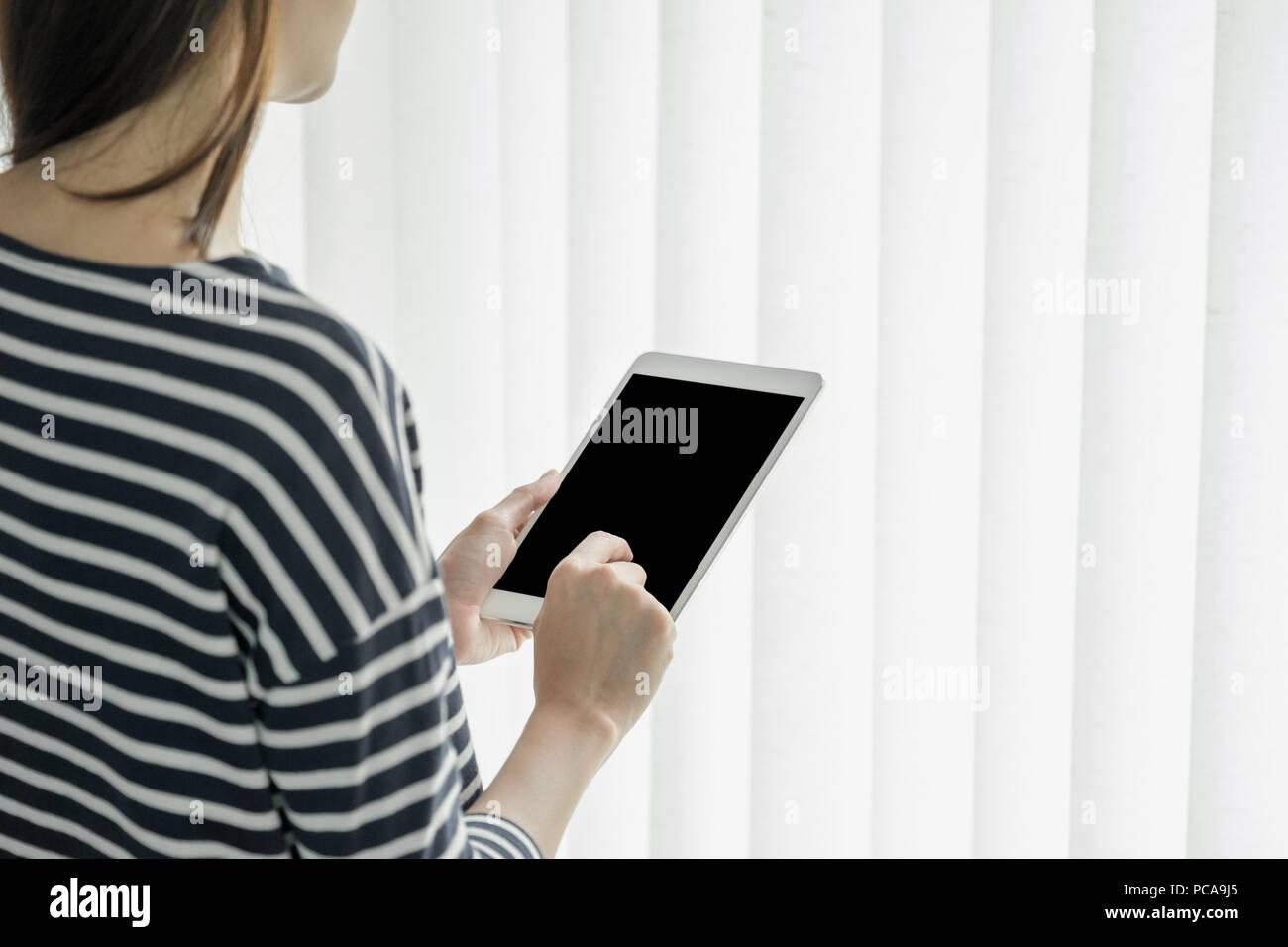 Asian business owner usura panno casuale utilizzando tablet in home office e spazio di lavoro per contattare il cliente sul canale online,office lifestyle con technolo Immagini Stock