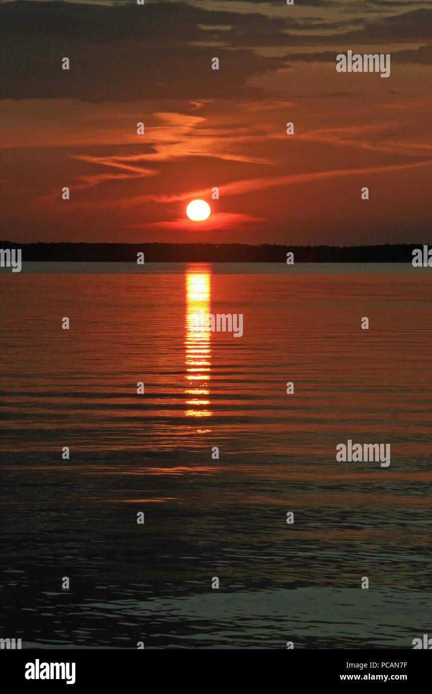 Grassetto rosso arancione tramonto con le nuvole sulla Baia in Florida Foto Stock