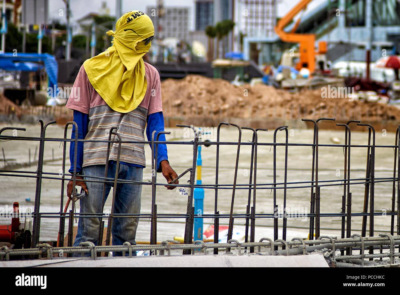 Thailandia lavoratore edile di indossare la protezione termica della copertura di testa e maschera facciale Immagini Stock
