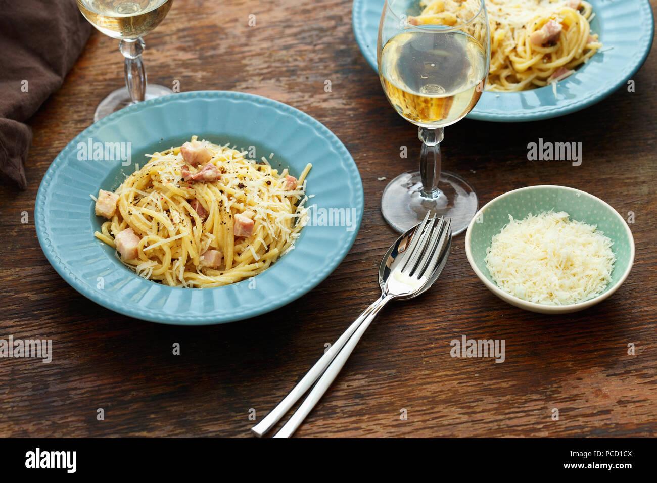 Pasta Fatta In Casa Carbonara Con Un Bicchiere Di Vino Bianco Scuro