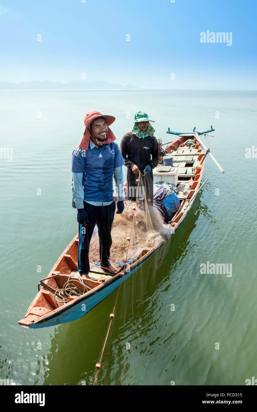 I pescatori in una canoa di legno vicino a Kep, Cambogia, Indocina, Asia sud-orientale, Asia Immagini Stock