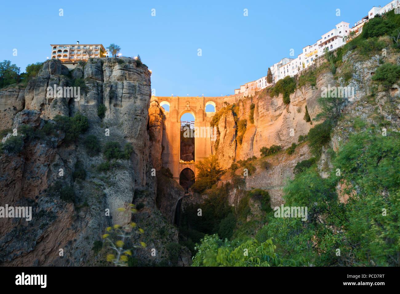 Puente Nuevo (ponte nuovo) illuminata di notte e la città bianca arroccato sulla scogliera, Ronda, Andalusia, Spagna, Europa Foto Stock