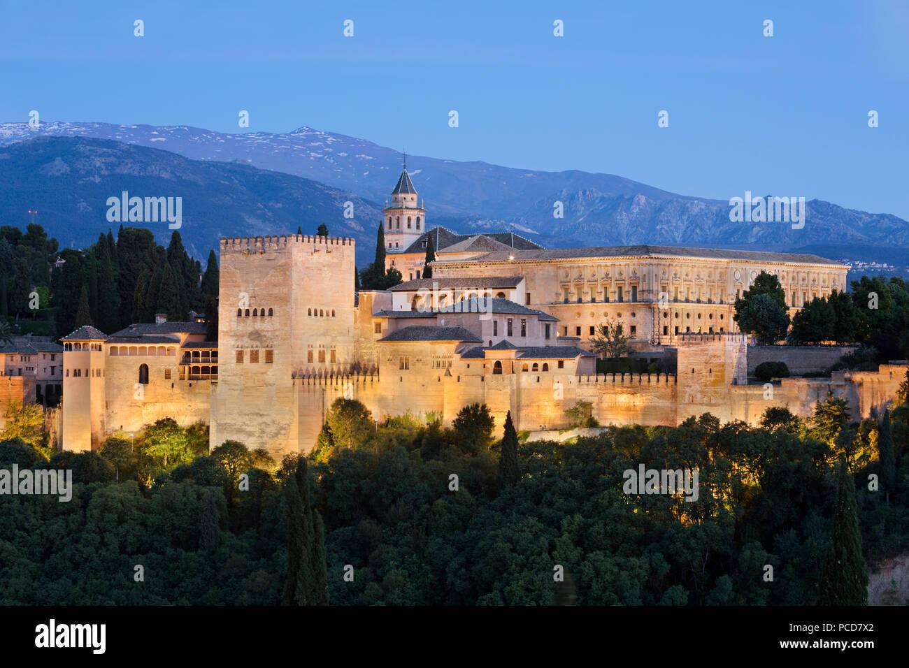 La Alhambra, Sito Patrimonio Mondiale dell'UNESCO, e Sierra Nevada dal Mirador de San Nicolas, Granada, Andalusia, Spagna, Europa Immagini Stock