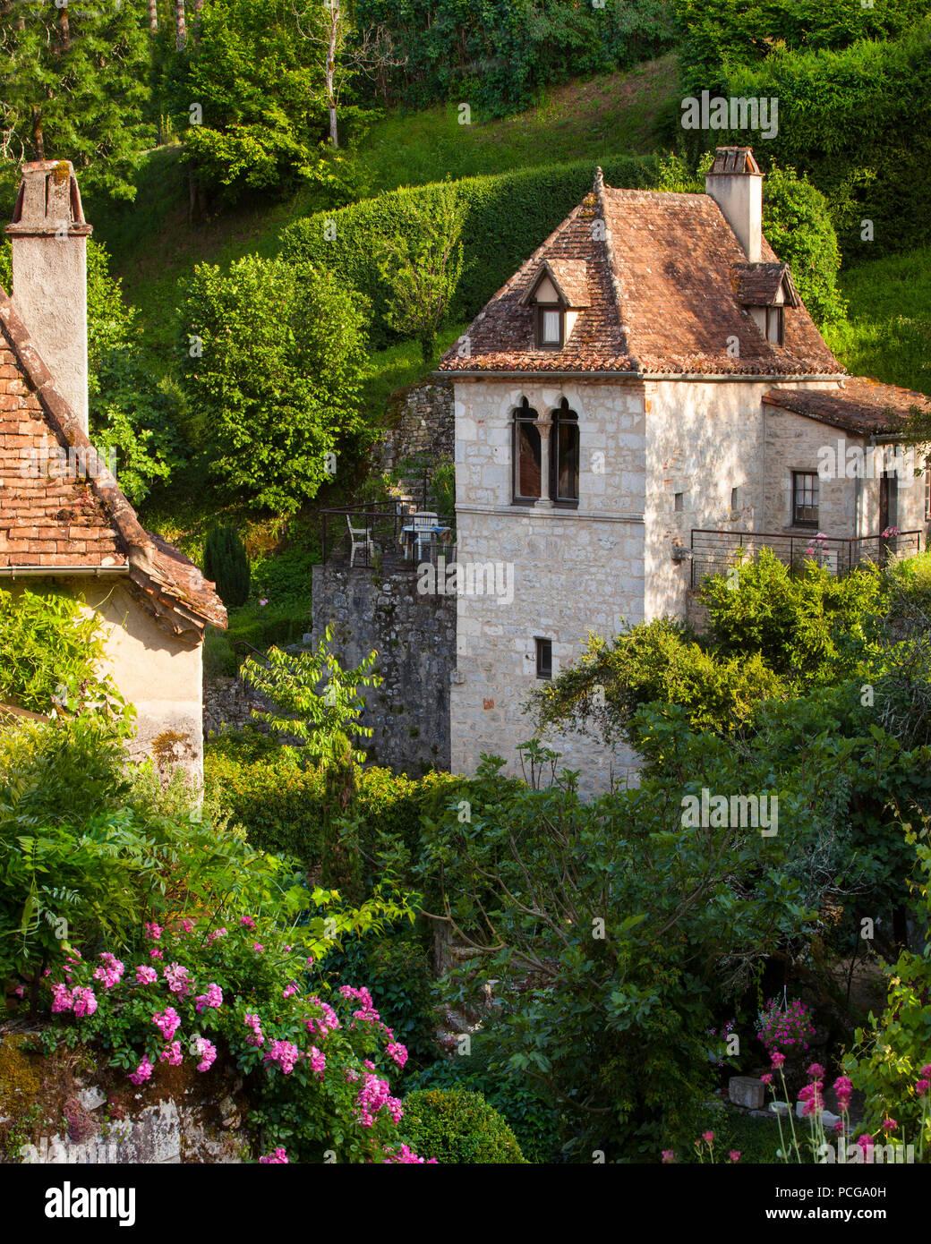 Case e giardini di fiori in Saint-Cirq-Lapopie, Valle del Lot, Midi-Pyreness Francia Immagini Stock