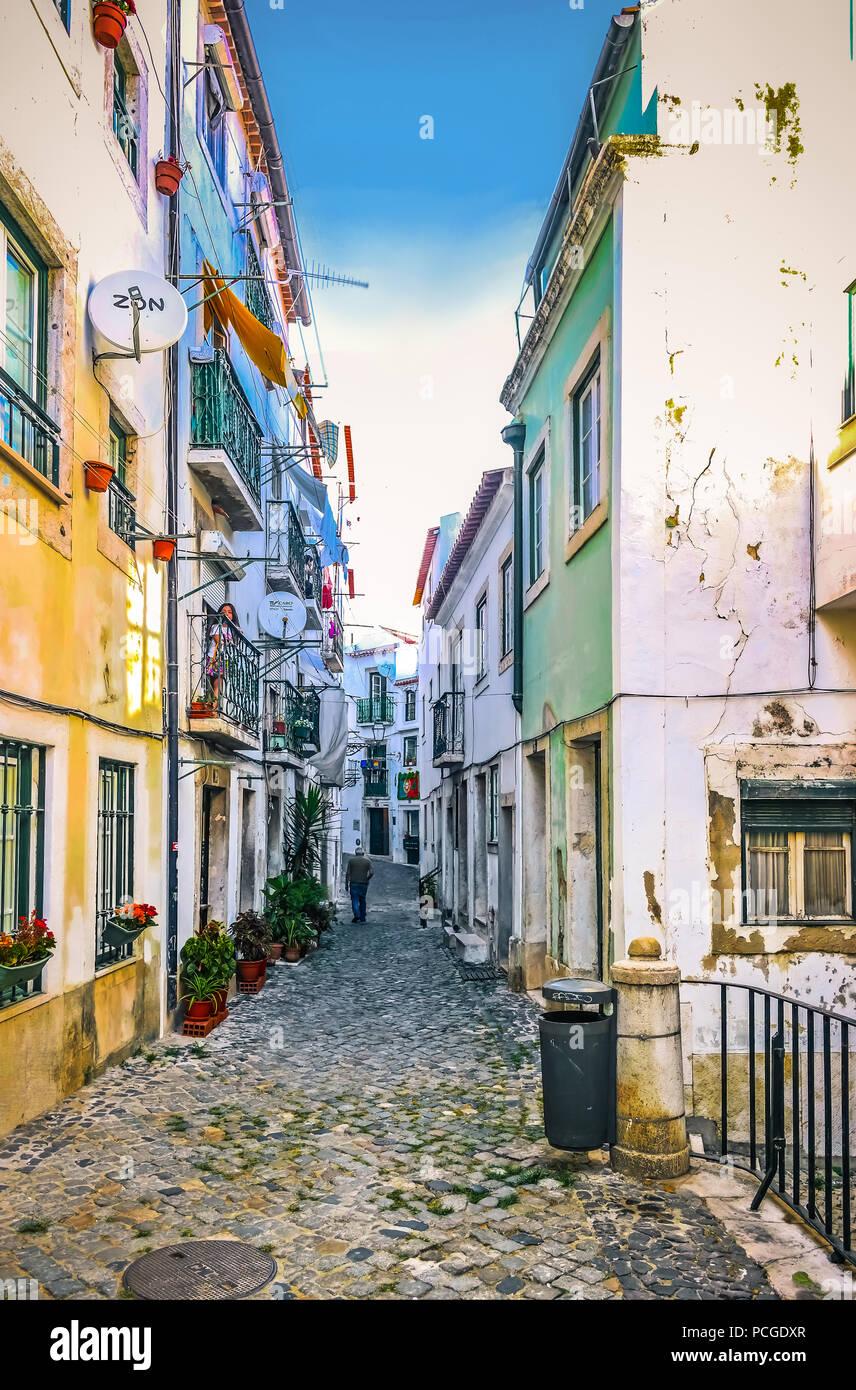Lisbona. Stretto vicolo in lingua araba radicata quartiere di Alfama. Immagini Stock