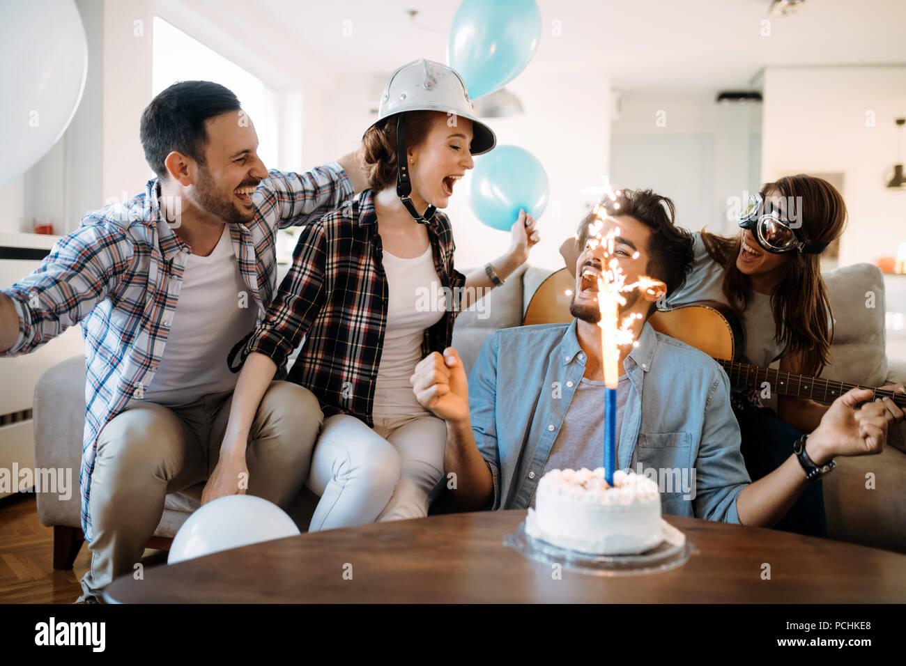 Gruppo giovane di felice amici festeggia il compleanno Immagini Stock