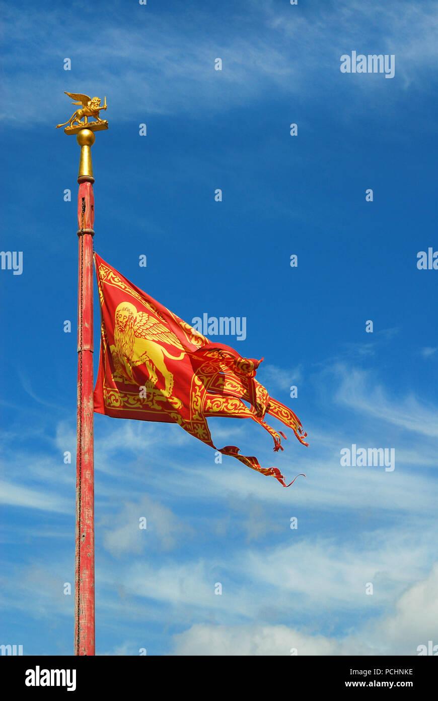 Antica Venezia Bandiera della Repubblica di San Marco Lion che fluttua nel vento (con copia spazio) Foto Stock