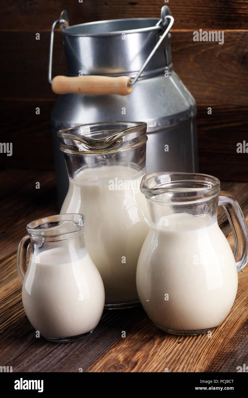 Una Brocca Di Latte E Bicchiere Di Latte Su Un Tavolo Di Legno Foto Stock Alamy