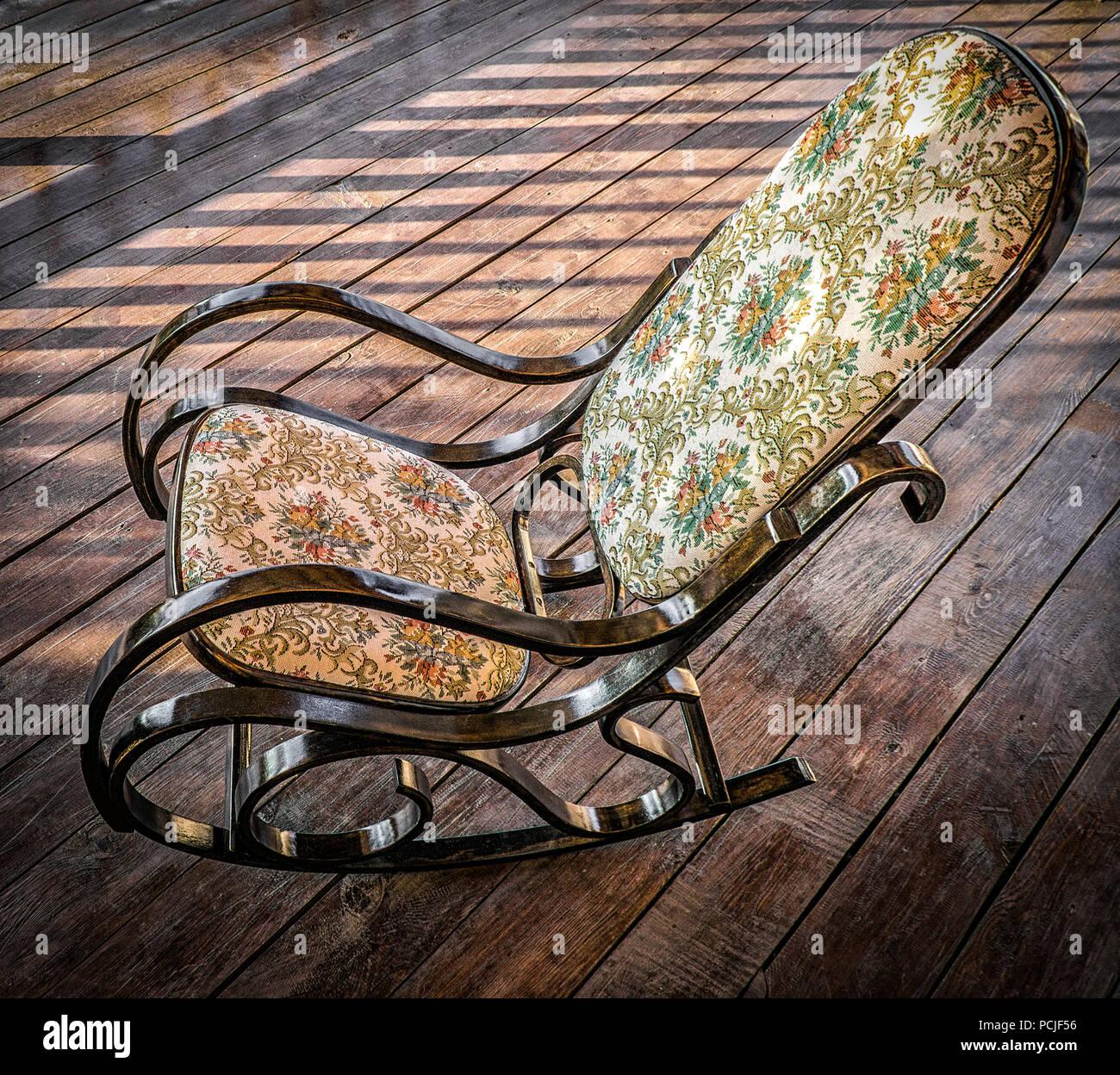Sedie A Dondolo Per Terrazzo il legno sedia a dondolo è sulla terrazza di una casa