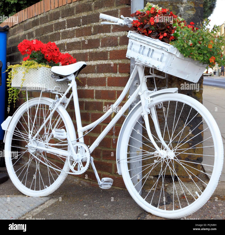 Hunstanton in Bloom, insolito contenitore per piante, pitturato di bianco bicicletta Immagini Stock