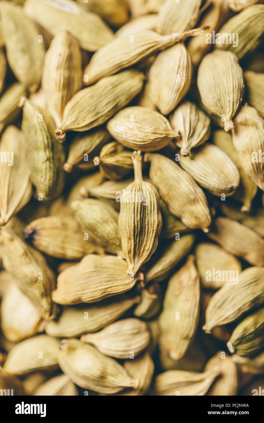 Verde essiccato i semi di cardamomo sullo sfondo. Messa a fuoco selettiva. Immagini Stock