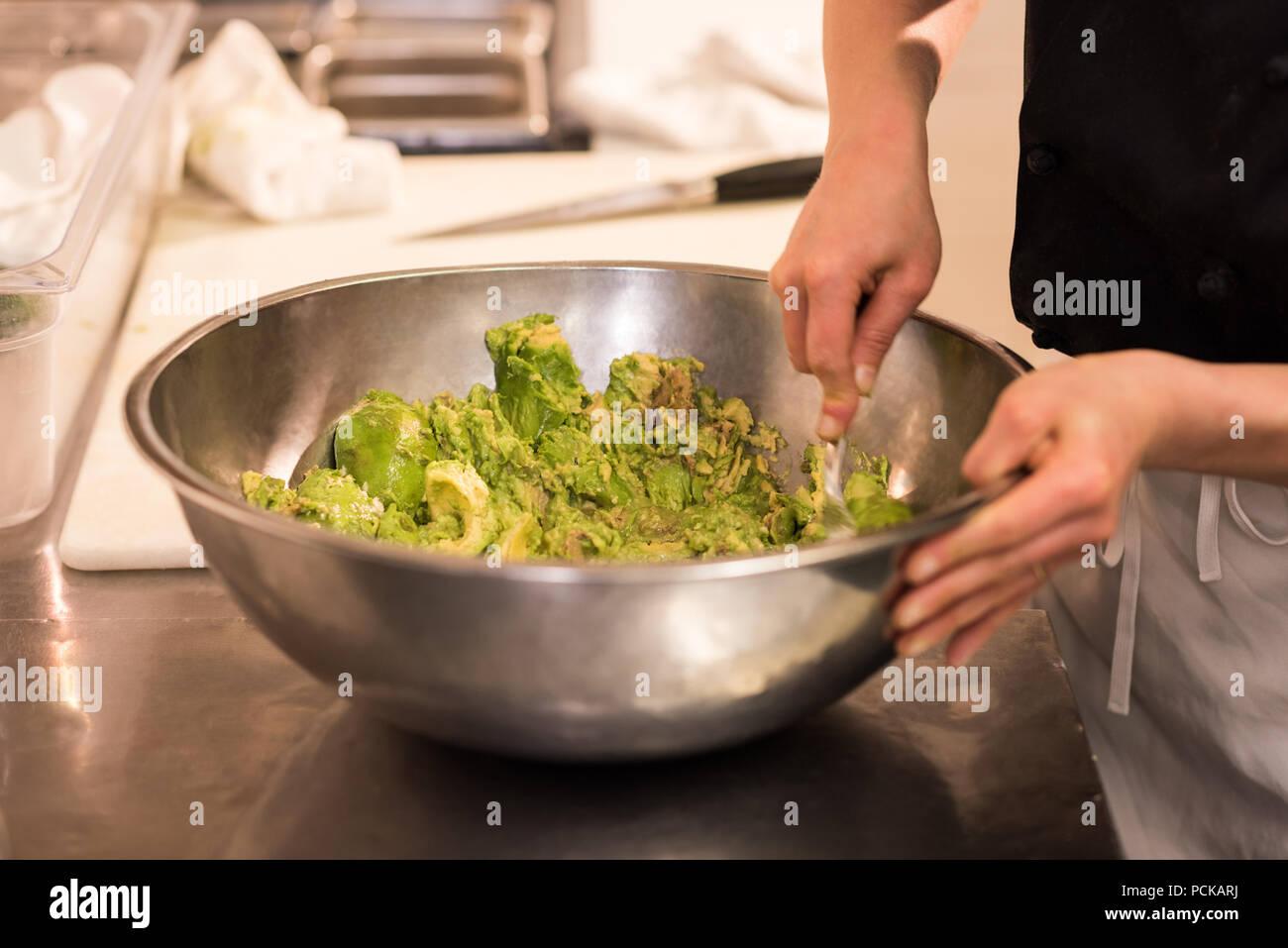 Lo Chef la miscelazione degli ingredienti Immagini Stock