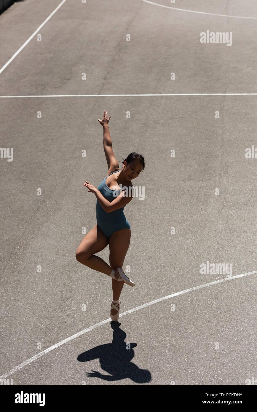 Femmina ballerino di danza nel campo di pallacanestro Immagini Stock