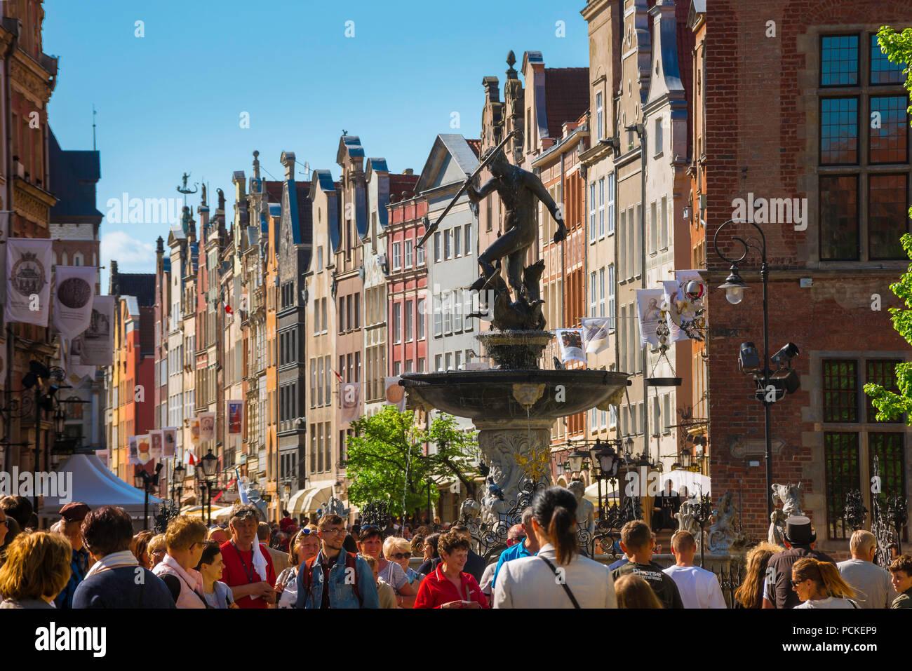 Danzica Polonia città, vista lungo la Via Reale - la strada principale nel centro di Danzica in un affollato pomeriggio estivo, Pomerania, Polonia. Foto Stock