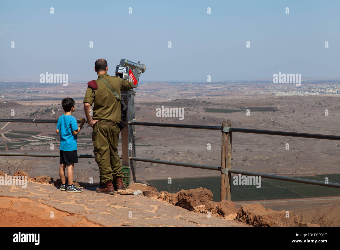 Israele, Golan, Har Bental, padre e figlio rivolta verso la Siria Immagini Stock