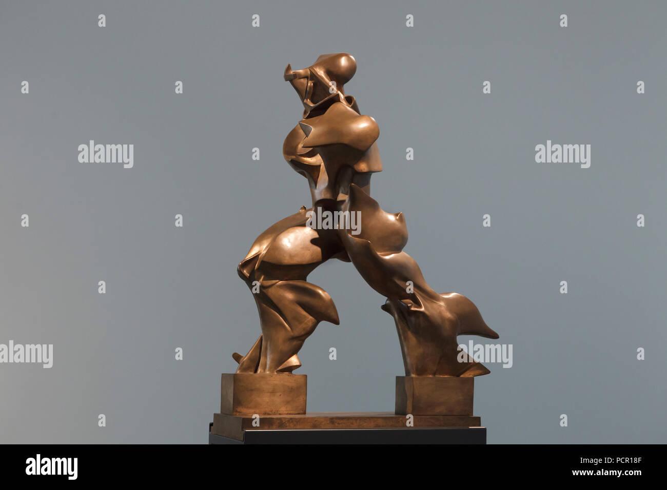 """Statua in bronzo """"Forme uniche di continuità nello spazio' dagli italiani artista futurista Umberto Boccioni (1913) sul display nella Kunsthalle di Mannheim in Mannheim, Baden-Württemberg, Germania. Immagini Stock"""