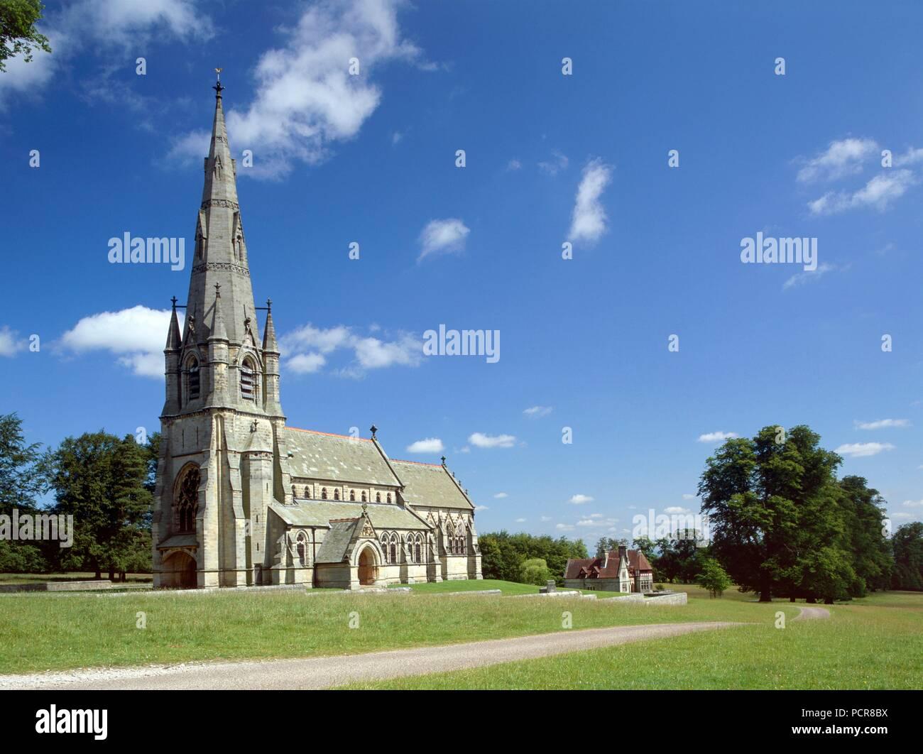 Chiesa di Santa Maria, Studley Royal, North Yorkshire, C1980-c2017. Vista esterna del revival gotico chiesa da sud-ovest. Chiesa di Santa Maria fu progettato da William Burges nel 1870s. Immagini Stock