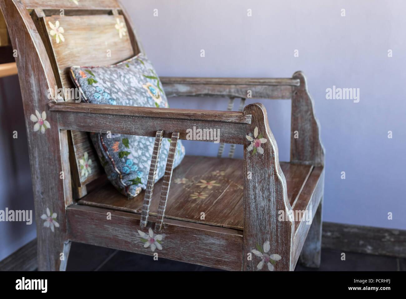 Vintage in legno con mobili fatti a mano cuscini colorati foto immagine stock 214418950 alamy - Mobili colorati design ...