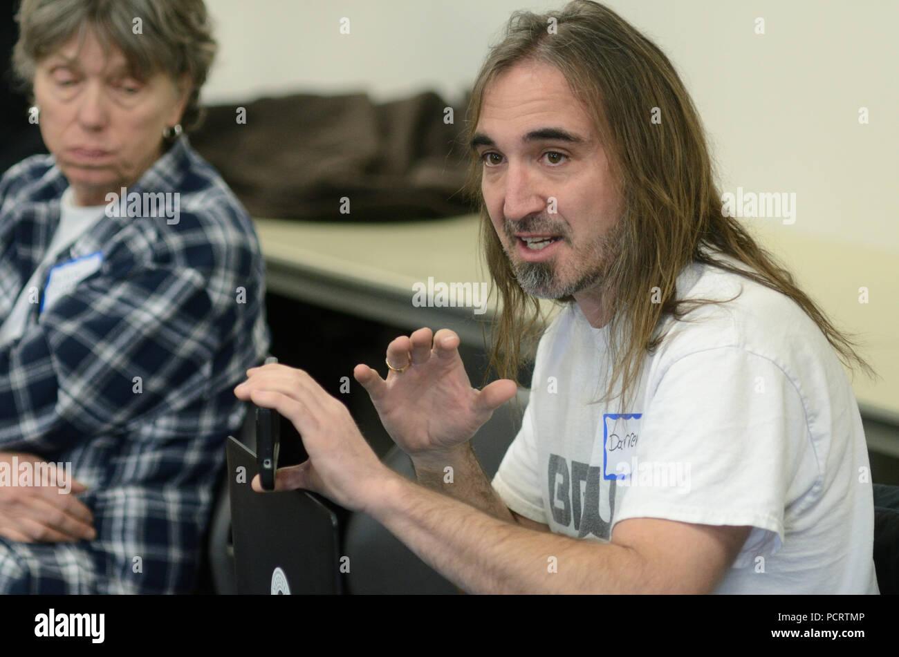 """Darren O Connor è un avvocato per i senzatetto a Boulder. Qui egli gesti mentre si effettua un punto durante una """"chat con il Consiglio' incontro a Boulder. Immagini Stock"""