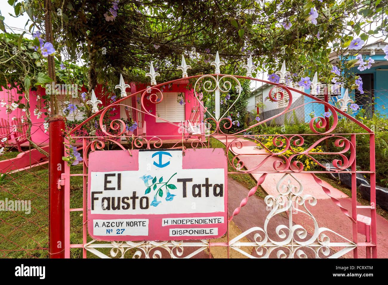 Casa Rosa con scale, casa particular, abitazione privata a Cuba, El Fausto Tata, Viñales, Cuba, Pinar del Río, Cuba, viaggi, isola, Antille Maggiori, Immagini Stock