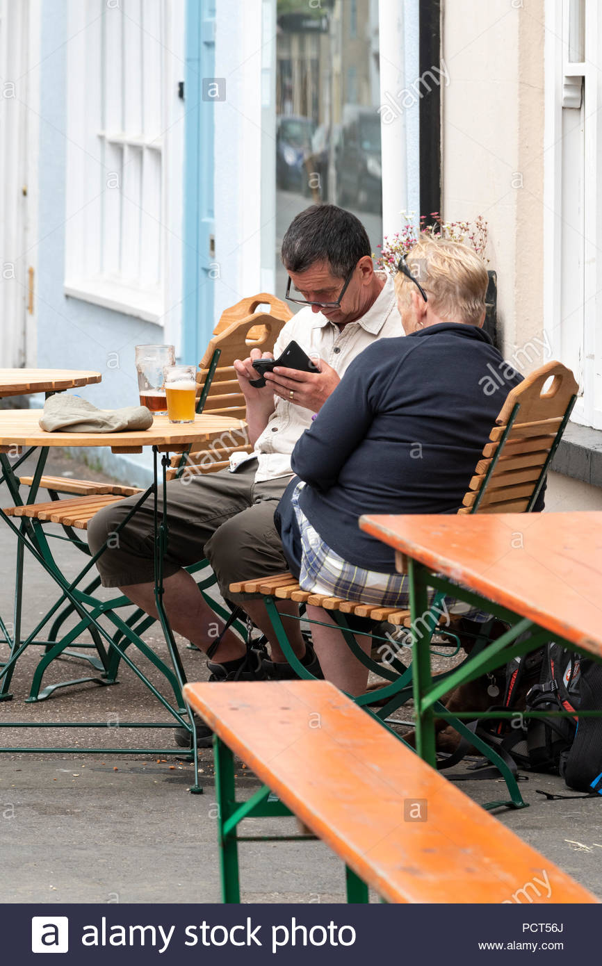 Paio di bere al di fuori del pub, Bridport, Dorset, Inghilterra, in Europa Il Regno Unito GB Immagini Stock