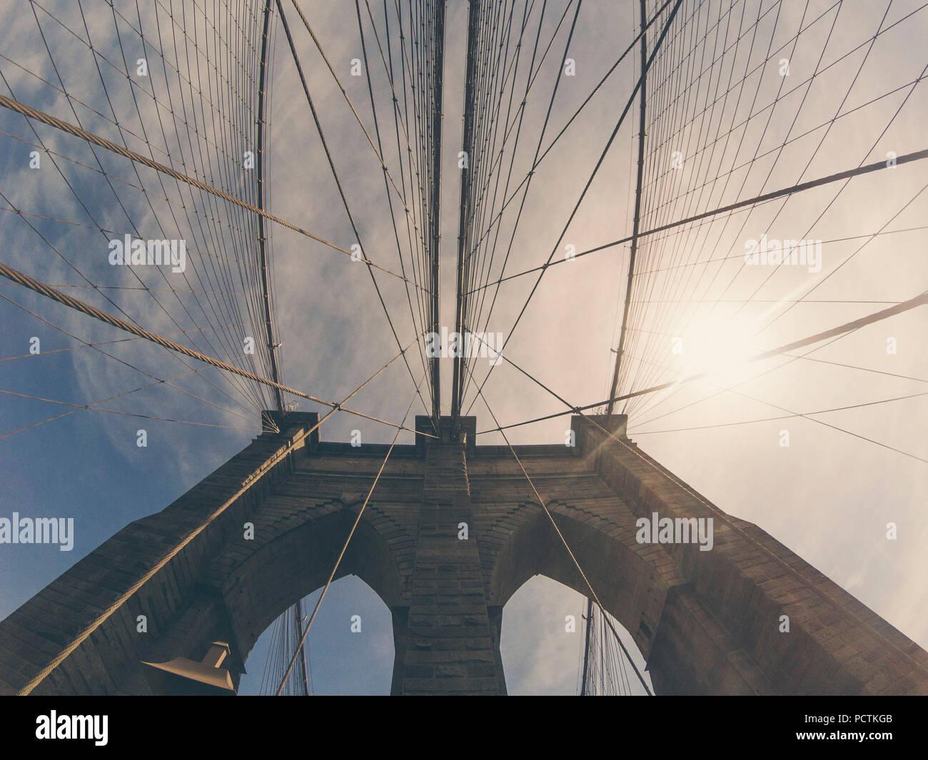 Il ponte di Brooklyn visto da sotto Immagini Stock