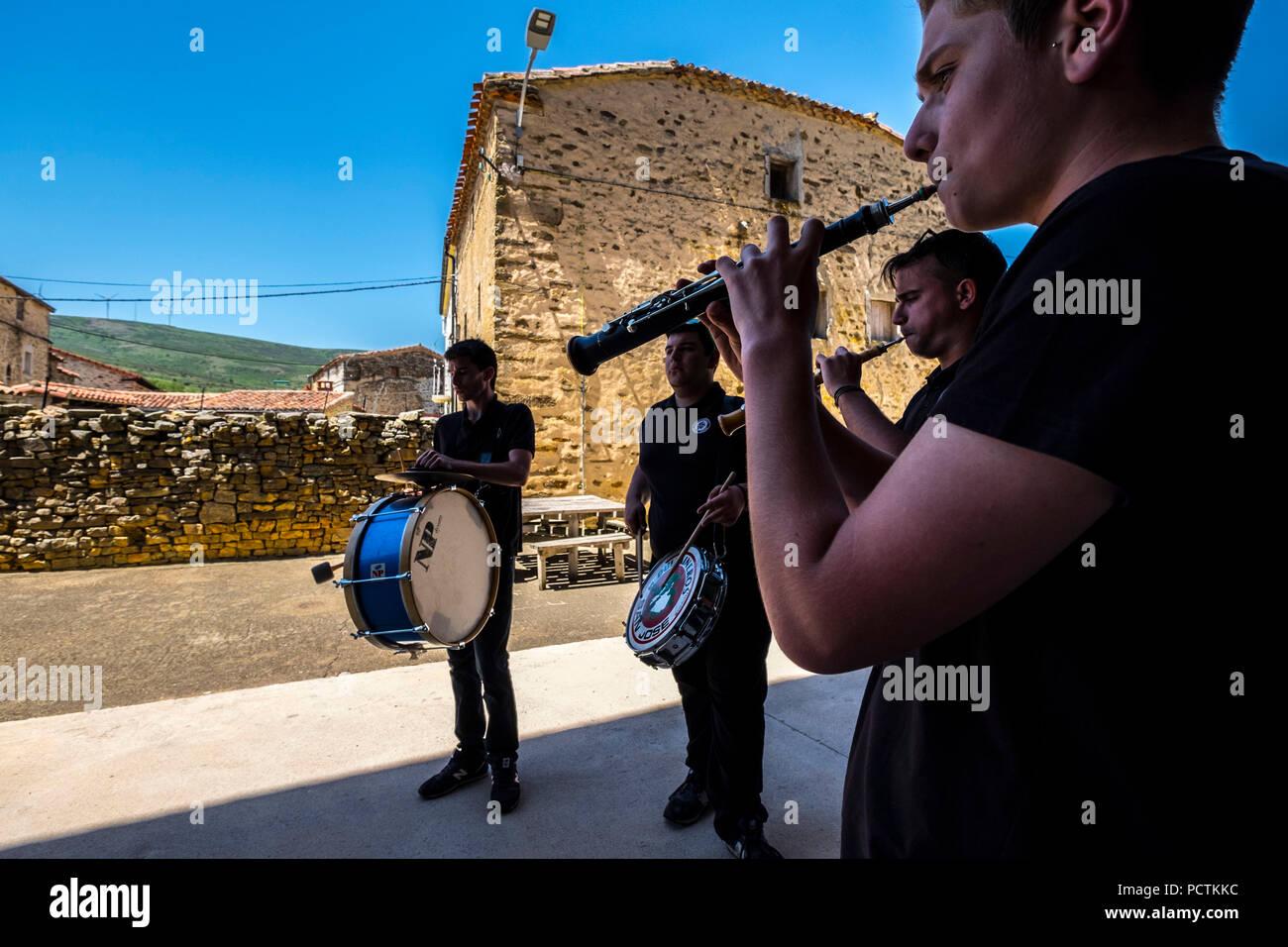 Soria, Spagna - 10 giugno 2017, festa popolare alla fine di una pecora transumanti rotta in un piccolo borgo rurale di Soria in Spagna Immagini Stock