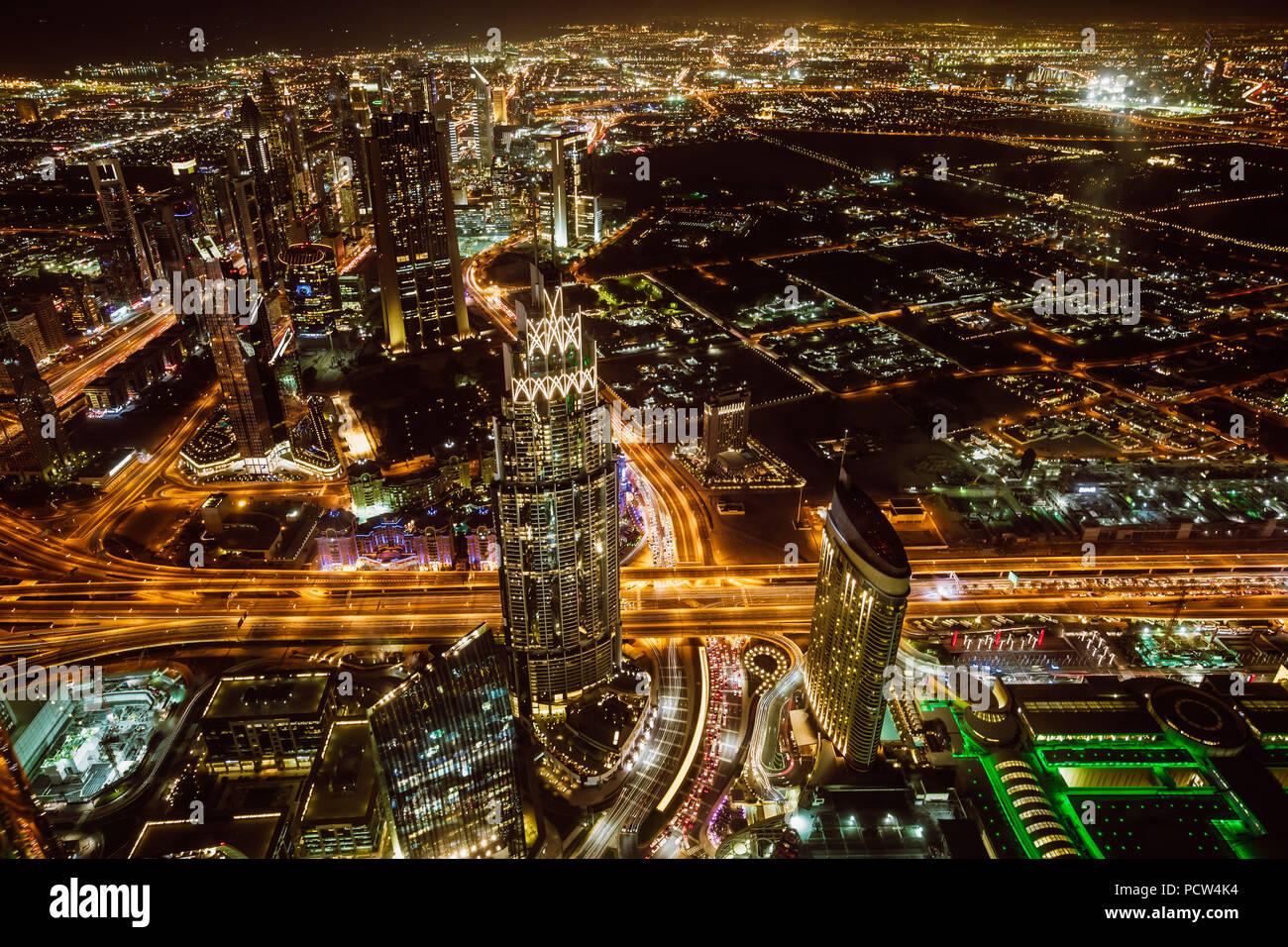 Vista aerea del centro cittadino di Dubai e grattacieli di notte dalla sommità del Burj Khalifa Immagini Stock