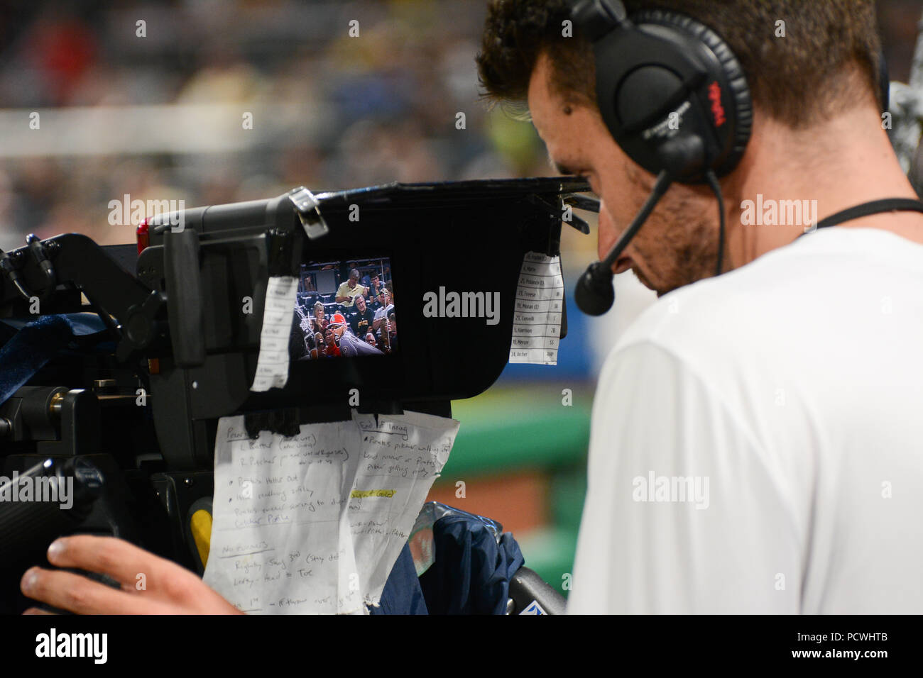 Un cameraman TV guarda attraverso il mirino a Pittsburgh Pirates baseball gioco di Pittsburgh, in Pennsylvania, STATI UNITI D'AMERICA Immagini Stock