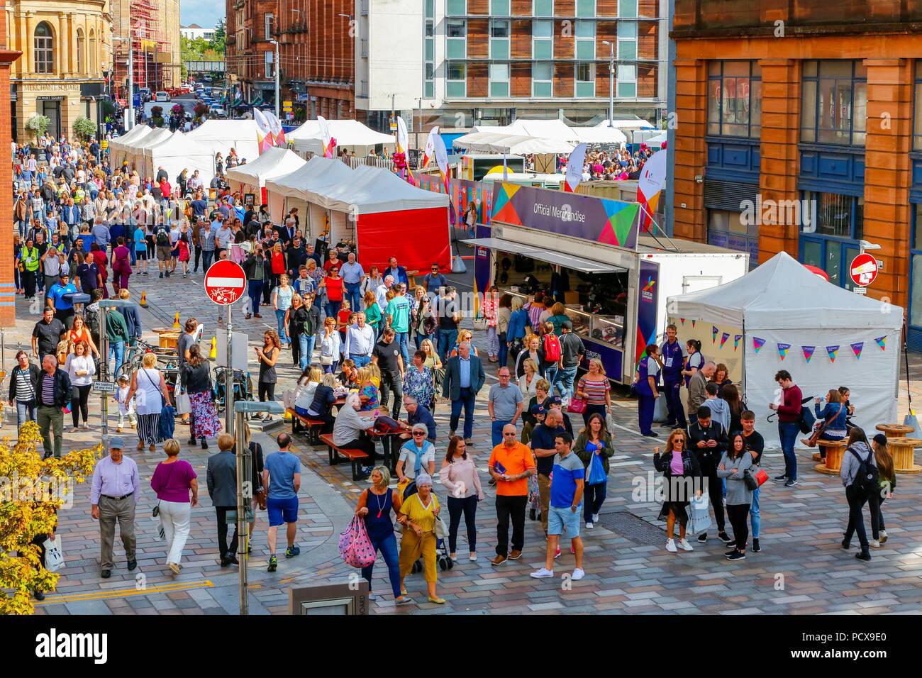 Glasgow, Regno Unito, 4 agosto 2018. Il primo giorno di Merchant City festival, migliaia hanno approfittato della calda serata estiva per godere gli artisti di strada, musicisti, ballerini e chioschi. Il festival, una manifestazione annuale, è in esecuzione allo stesso tempo come la European Games e si concluderà il 12 agosto Foto Stock