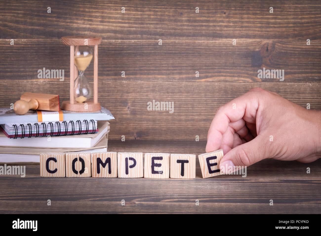 Competere in legno per le lettere sulla scrivania in ufficio Immagini Stock