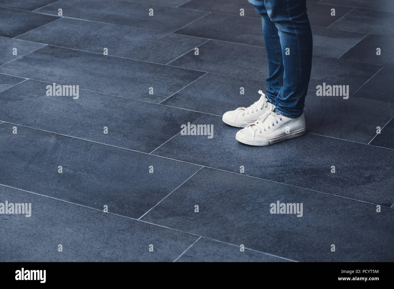 Dark grey jeans immagini & dark grey jeans fotos stock alamy