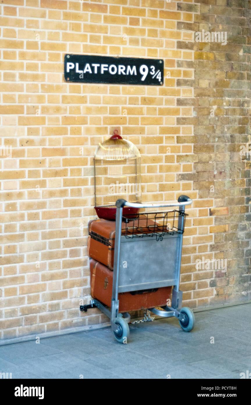 LONDON, Regno Unito - 22 gennaio 2013 - Piattaforma nove e tre quarti a Londra la stazione di King Cross Immagini Stock