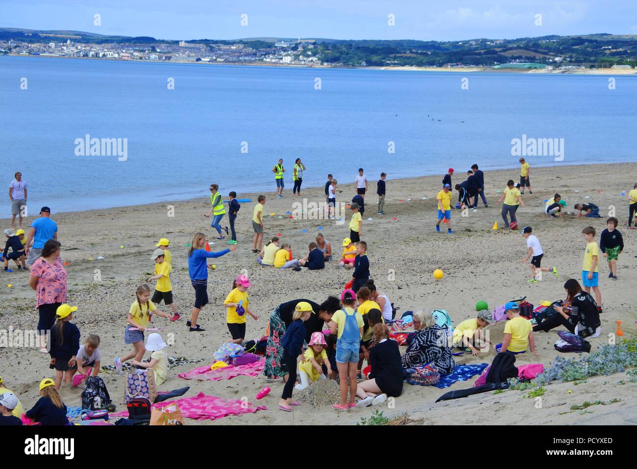 Un gruppo educativo sulla spiaggia di Marazion, Cornwall, Regno Unito - Giovanni Gollop Immagini Stock