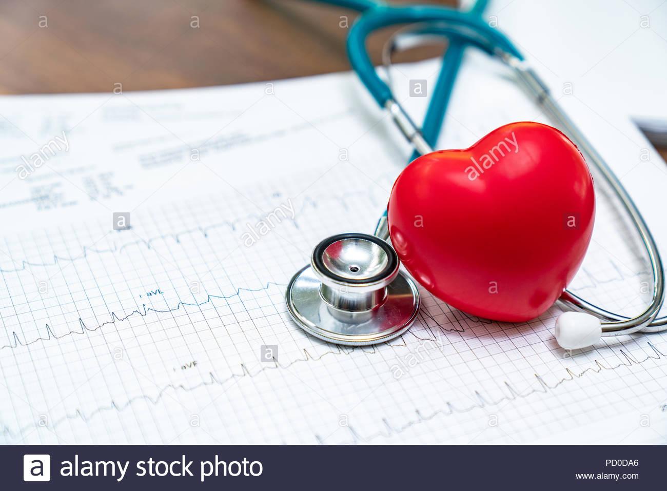 Lo stetoscopio e il cuore rosso cuore Check.Concetto healthcare. Immagini Stock