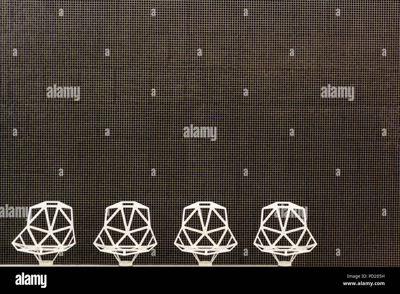 Architettura moderna struttura dettagli mozaic muro bianco e sedie di design. Immagini Stock