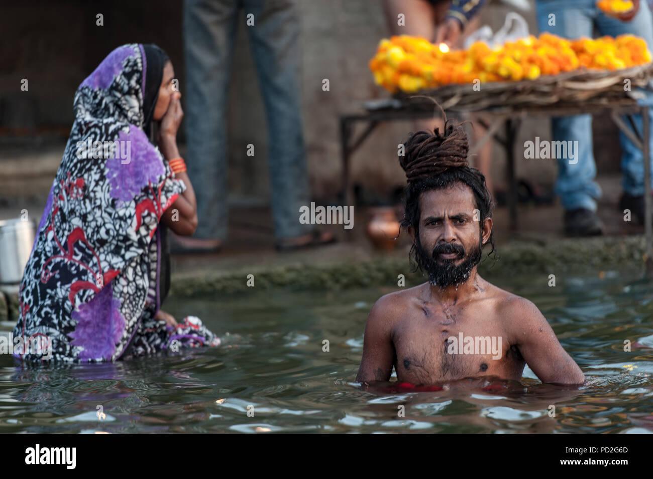 Persone si bagnano nelle acque del sacro Gange a Varanasi, Uttar Pradesh, India Immagini Stock