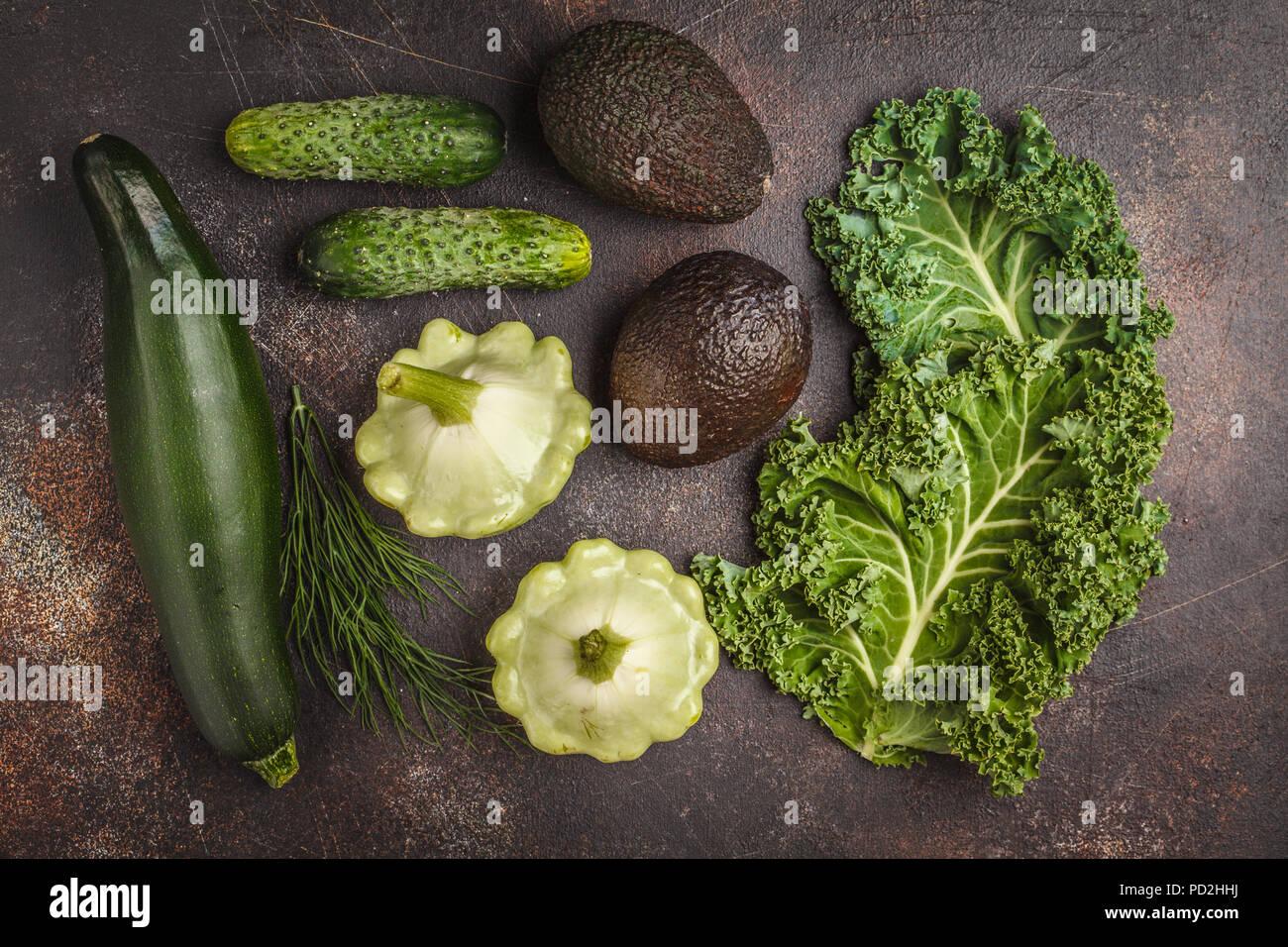 Assortimento di verdure verdi su sfondo scuro, vista dall'alto. Frutta e verdura contenente clorofilla. Immagini Stock