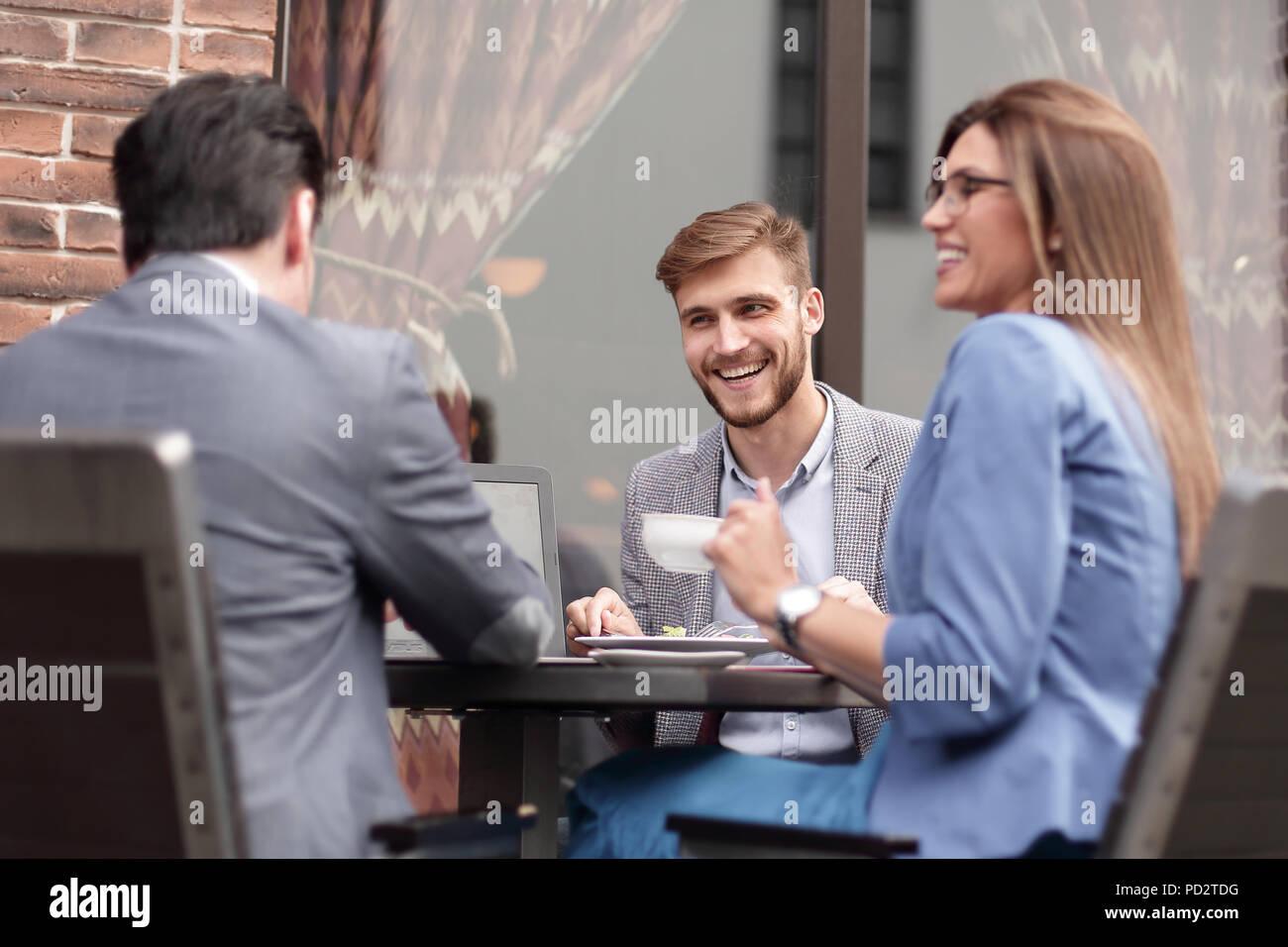 Colleghi di lavoro per discutere le questioni aziendali al tavolo da caffè Immagini Stock